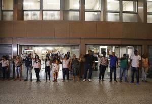 Parentes de detidos em festa de mílicia, segundo a polícia, aguarda audiência em frente do Tribunal de Justiça Foto: Antônio Scorza / Agência O Globo