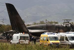Bombeiros retiram mais de 250 vítimas dos destroços de avião militar Foto: Anis Belghoul / AP