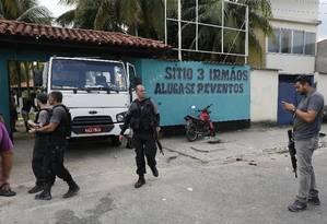 Durante ação polícia apreendeu ainda armamento e carros roubados no local Foto: Agência O Globo / Antonio Scorza