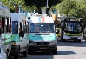 Vans fazem trajeto dos ônibus em Bonsucesso Foto: Guilherme Pinto / Agência O Globo