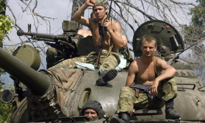 Combatentes na fronteira com a Georgia perto da cidade de Gali Foto: Sergei Karpukhin / REUTERS