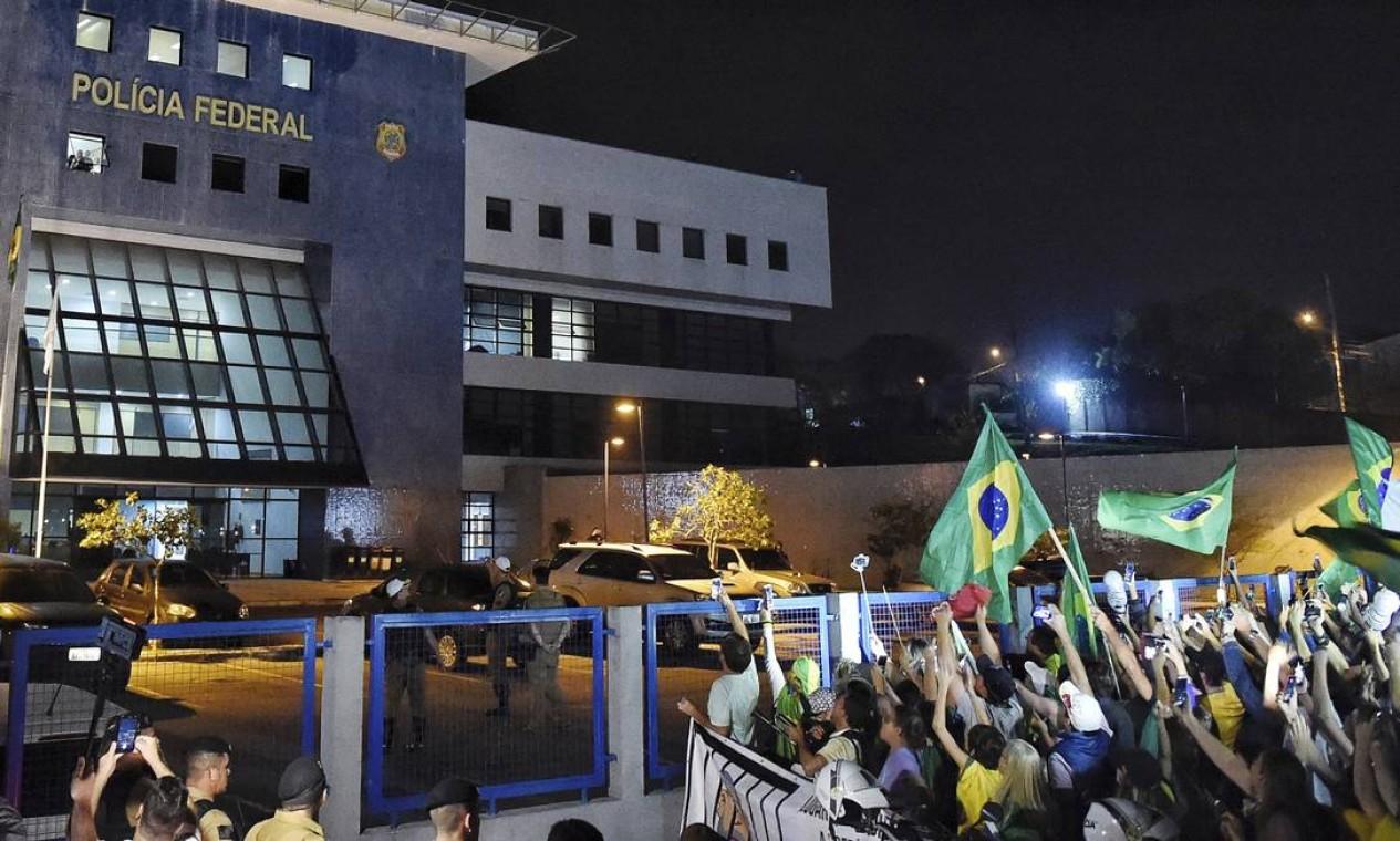 PROTESTO - Manifestantes protestam em frente à Superintendência da PF em Curitiba contra a prisão de ex-presidente Foto: Denis Ferreira/AP/07-04-2018