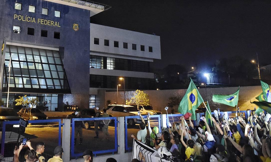 PROTESTO - Manifestantes protesta em frente à Superintendência da PF em Curitiba, onde o ex-presidente Lula está preso Foto: Denis Ferreira/AP/07-04-2018