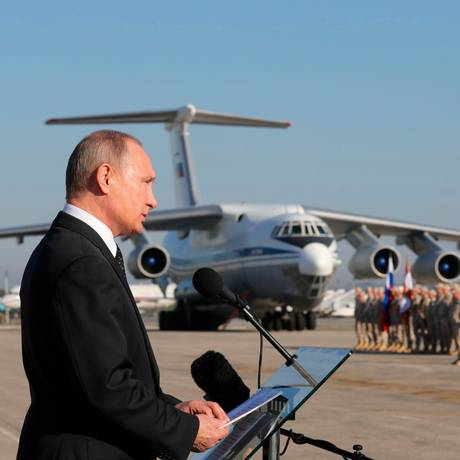 Presidente russo, Vladimir Putin,fala a tropas em base aérea na Síria em dezembro de 2017; isolamento do Kremlin e tensões no país do Oriente Médio aumentam risco de confronto com os EUA Foto: Mikhail Klimentyev / AP
