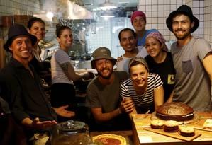 A equipe do Marchezinho vende ingredientes de produtores locais e usa-os nas receitas Foto: Agência O Globo / Fábio Guimarães