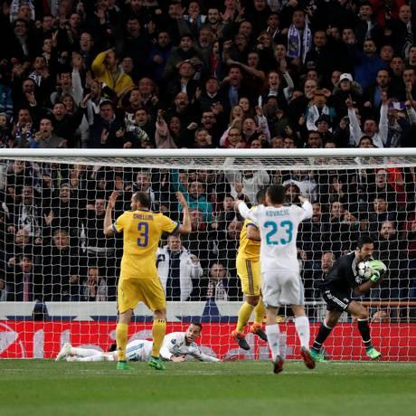Lucas Vazquez fica no chão após ser tocado por Benatia, no lance do polêmico pênalti para o Real Madrid Foto: PAUL HANNA / REUTERS