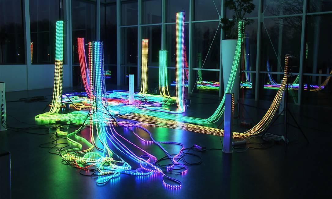 """Cerca de 18 mil luzes LED acendem e apagam, com várias cores, dentro de uma sala fechada. O movimento, em diferentes intensidades, lembra as sinapses nervosas no trabalha """"Hardwired"""", da dupla holandesa Polymorf. É proibido tocar. Leo Martins / Agência O Globo"""
