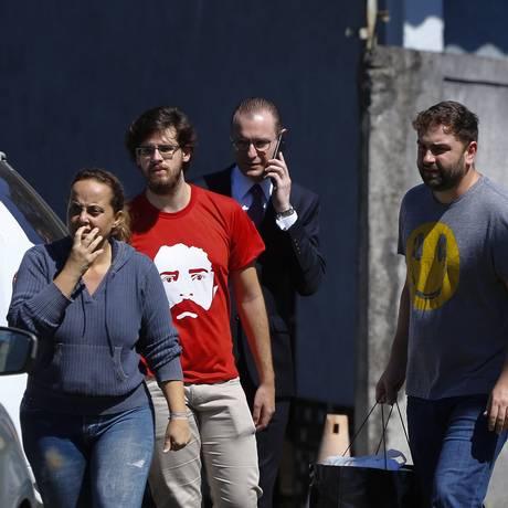 Filhos do ex-presidente Lula saem da Polícia Federal após visitar o pai Foto: PABLO JACOB / Agência O Globo