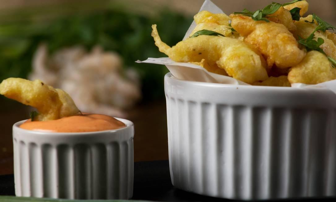 O Poderoso Buteco. O Poderoso Camarão Picante é um tempura de camarão temperado com molho de maionese com mix de pimentas dedo de moça, tabasco e do reino (R$ 25,90). Rua Dalton Barretos 40, Loja A, Ilha da Gigoia (99693-4975) Foto: Fernando Salles / Divulgação