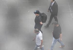 Deputado João Rodrigues (PSD-SC) e levado para embarque em direção a Porto Alegre, onde fica o Tribunal Regional Federal da 4ª Região (TRF-4), que o condenou Foto: Marcos Alves / Agência O Globo