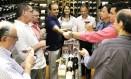 Milton Lyra (de azul, ao centro) participa de degustação de vinhos Foto: Reprodução