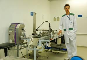 O auxiliar de produção Jonatan Pereira no setor de embalagem Secundária de Medicamentos Sólidos Orais do IVB Foto: Brenno Carvalho / Agência O Globo