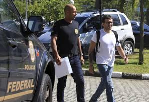 O empresário Arthur Pinheiro Machado é levado para a Superintendência da Policia Federal Foto: Edilson Dantas / Agência O Globo