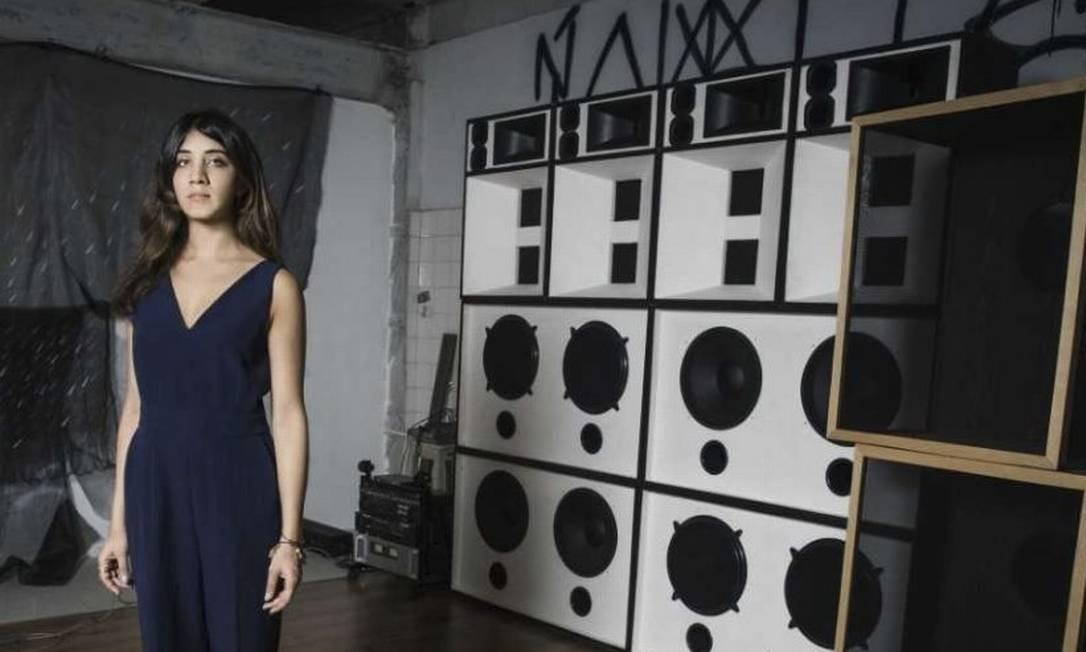 Instalação. Vivian Caccuri e as caixas de onde saem zunidos em diferentes ritmos Foto: Divulgação