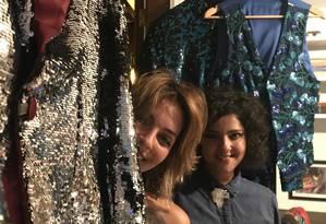 Duda (à esquerda) e Mayra em meio a peças que fizeram para Alceu Valença no carnaval de 2017 Foto: Júlia Amin