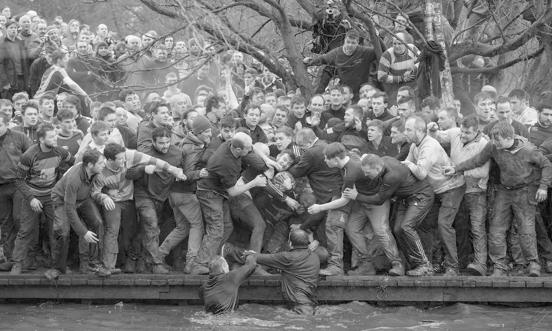 Oliver Scarff, da Agência France Press, ganhou o primeiro lugar na categoria Esportes com foto que mostra times opostos, os Up'ards e Down'ards, tentando pegar bola durante histórica partida de futebol no Reino Unido Oliver Scarff / AFP