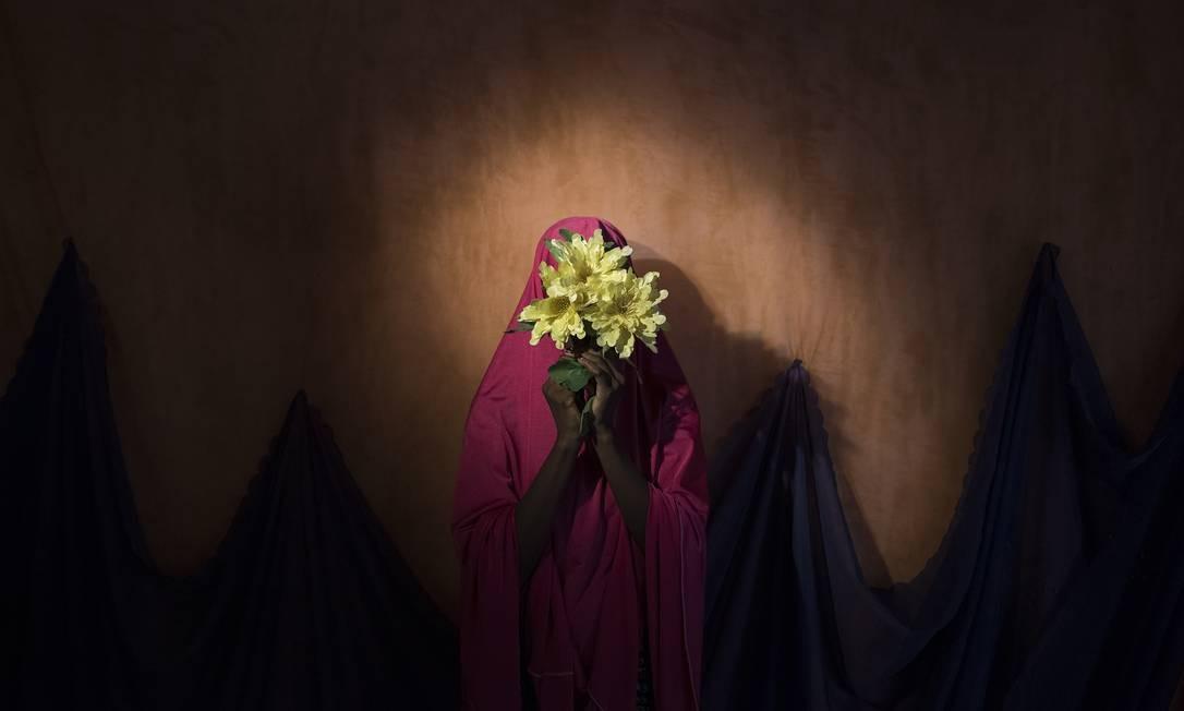 """Imagem de Adam Ferguson, do The New York Times, mostra menina sequestrada pelo Boko Haram na Nigéria; o nome da foto, que levou o prêmio na categoria Pessoas, é """"O Boko Haram amarrou bombas suicidas nelas. De algum jeito, estas adolescentes sobreviveram"""" Adam Ferguson for The New York Times / AP"""