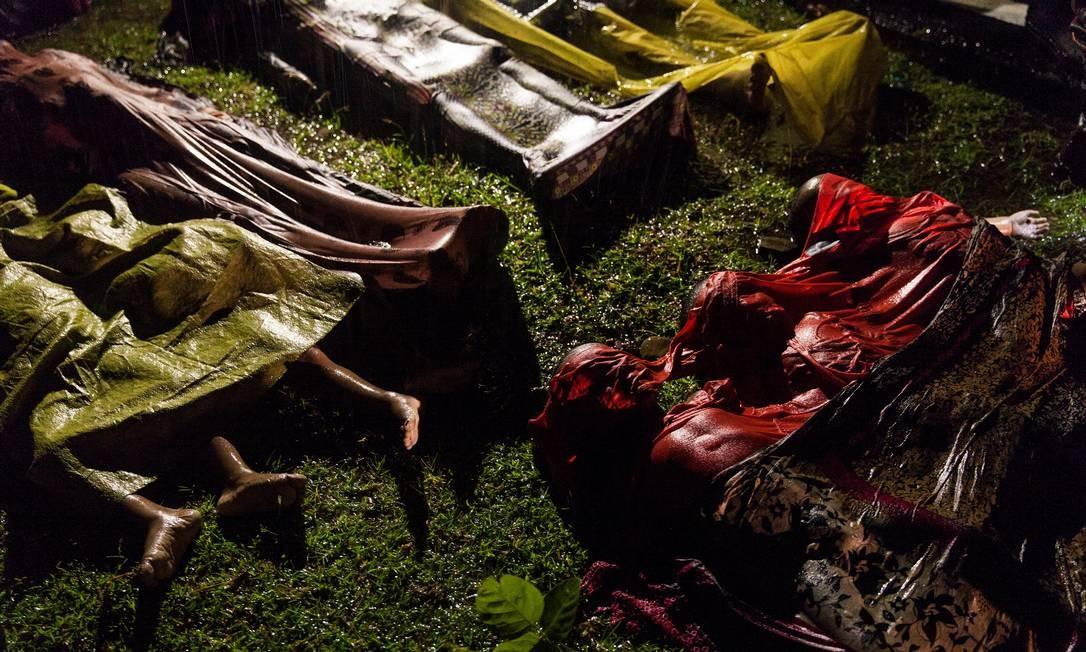 Na categoria Notícias Gerais, a foto de Patrick Brown mostra refugiados rohingya mortos após o seu barco ter virado na perigosa travessia de Mianmar para Bangladesh; das cem pessoas a bordo, 17 sobreviveram em setembro de 2017 PATRICK BROWN / REUTERS