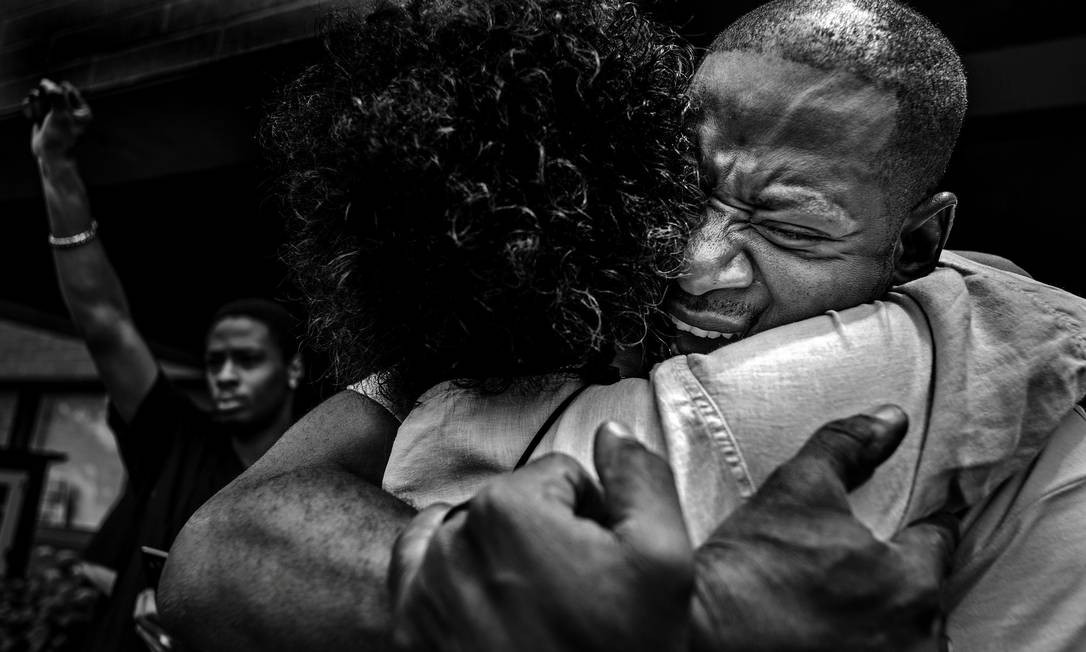 Amigo de Philando Castile, homem negro morto pela polícia dos EUA, se emociona após falar em memorial de homenagem à vítima, que aconteceu dois dias depois de o agente responsável pela sua morte ter sido absolvido de todas as acusações; a foto é de Richard Tsong-Taatarii RICHARD TSONG-TAATARII / REUTERS
