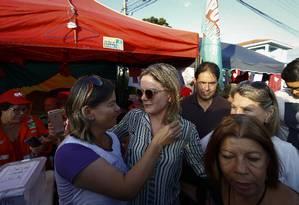 Gleisi Hoffmann, presidente do PT, em acampamento de simpatizantes de Lula em Curitiba Foto: Pablo Jacob/Agência O Globo / Agência O Globo