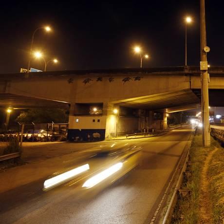 Rodovia Washington Luiz, próximo ao acesso para a Linha Vermelha, nesta madrugada. Mais cedo, militares trabalhavam no local. Foto: MARCOS DE PAULA / Agência O Globo