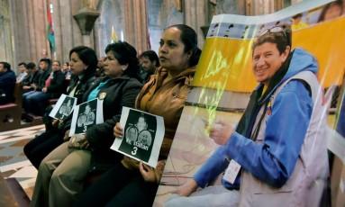Parentes e amigos pedem o retorno da equipe de reportagem sequestrada na fronteira entre Equador e Colômbia Foto: RODRIGO BUENDIA / AFP