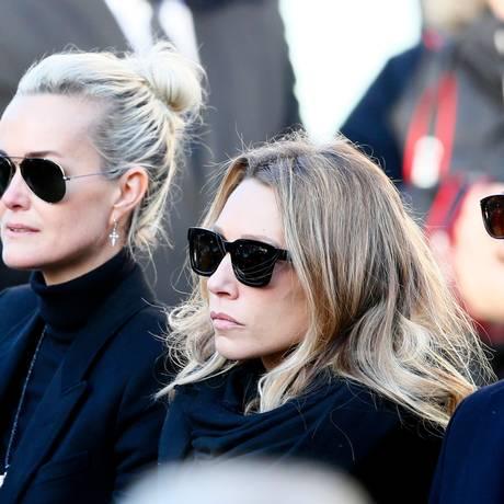 A mulher de Johnny, Laeticia (à esquerda), a filha dele Laura Smet e o filho David, no funeral do cantor Foto: Francois Mori / AP