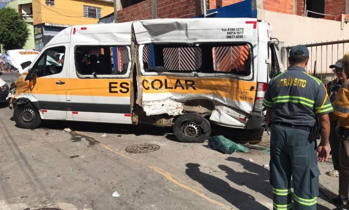 Além de van escolar, caminhão atingiu casa, em Carapicuíba