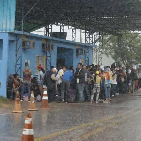 Imigrantes Venezuelanos aguardam em Pacaraima (RR) autorização para entrada no Brasil Foto: Jorge William / Agência O Globo 16/02/2018