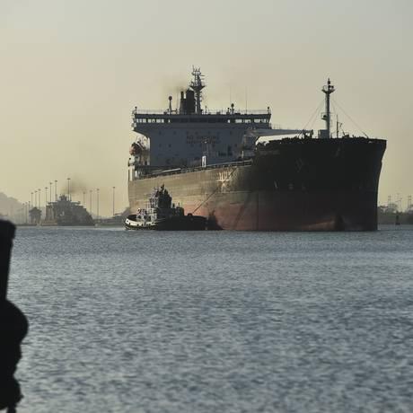 Navio cargueiro passa pelo Canal do Panamá: até agora, setor de transporte marítimo nunca teve metas para corte de poluentes Foto: RODRIGO ARANGUA / AFP/22-2-2018