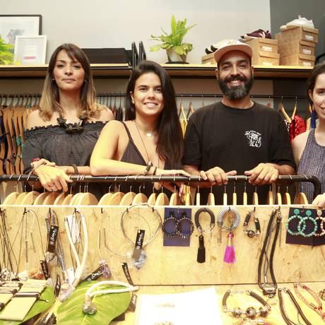 Parceria. Viviane (à esquerda), Maria Eduarda, Marco Venício (Diferencie) e Ana Carolina (O'Lazuli) Foto: Marcos Ramos / Marcos Ramos