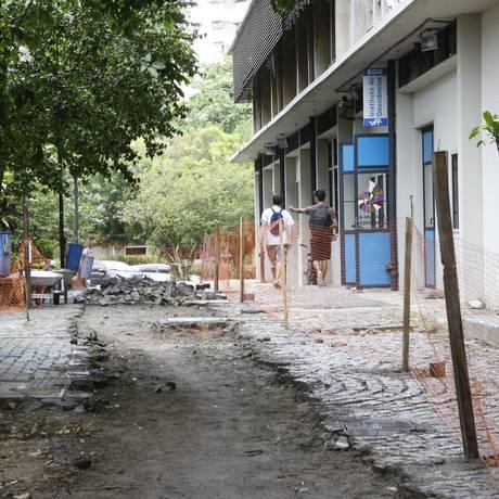Paralelepípedos estão sendo removidos em alguns trechos Foto: Fábio Guimarães / Agência O Globo