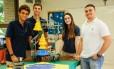 Equipe Bossa Nova com os alunos Albano (à esquerda), Leonardo e Maria Fernanda do Colégio Everest, o professor Thiago Palhares e o robô Joaquim