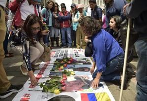 Protesto em Quito em memória dos jornalistas equatorianos que foram mortos na fronteira com a Colômbia Foto: Rodrigo Buendia / AFP