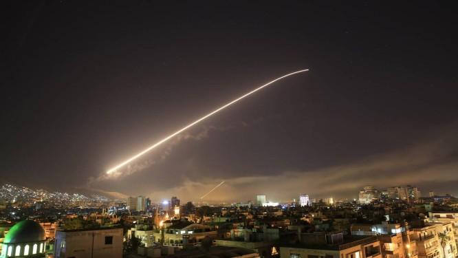 Míssil americano corta o céu de Damasco: EUA, França e Reino Unido lançam ataque contra instalações de armas químicas na Síria Foto: Hassan Ammar / AP