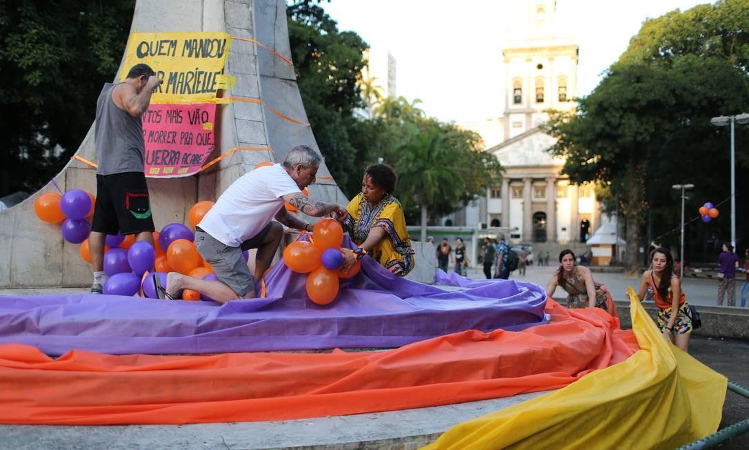 Ato em homenagem a Marielle e Anderson no Largo do Machado, coloriu os monumentos da praça Foto: Marcia Foletto / Agência O Globo