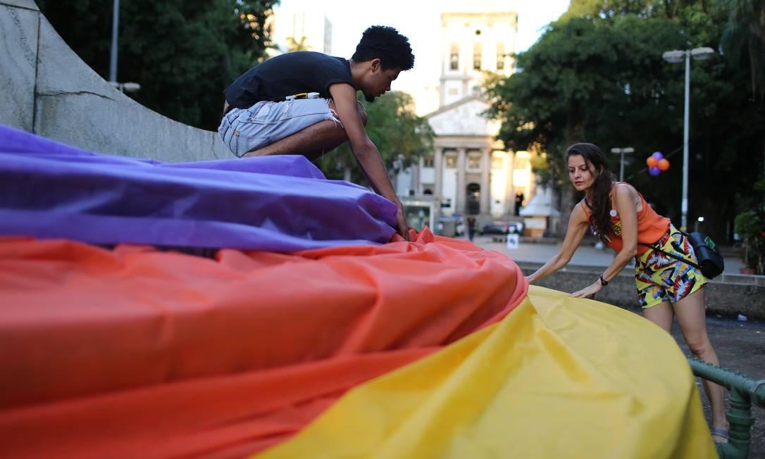 Participantes da homenagem à vereadora e ao motorista colocam cor nos monumentos da praça no Largo do Machado Foto: Marcia Foletto / Agência O Globo