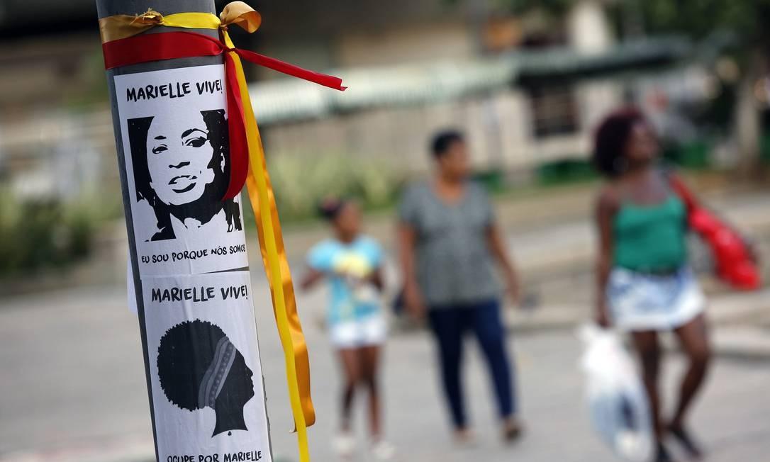 Em todo lugar na Praça Saens Pena, há cartazes e fitas em memória da vereadora Foto: MARCOS DE PAULA / Agência O Globo