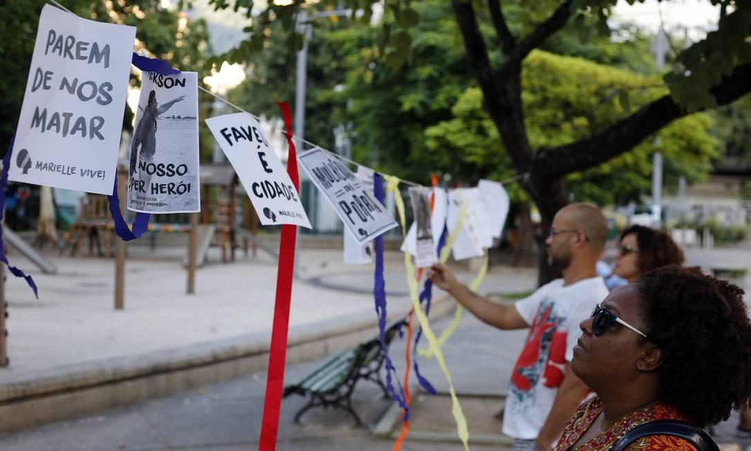 Na Tijuca, o ato 'Amanhecer na Praça por Marielle e Anderson', decorou o local com fitas e cartazes Foto: MARCOS DE PAULA / Agência O Globo