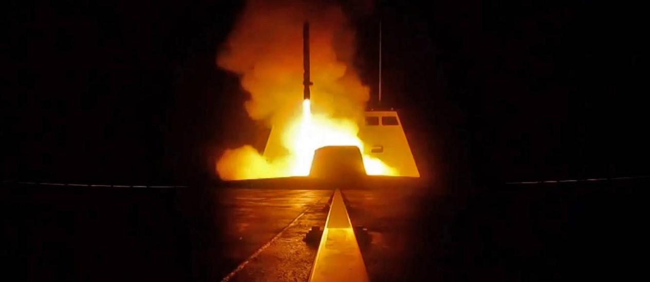 Lançamento de míssil francês do Mediterrâneo em direção à Síria Foto: HANDOUT / AFP