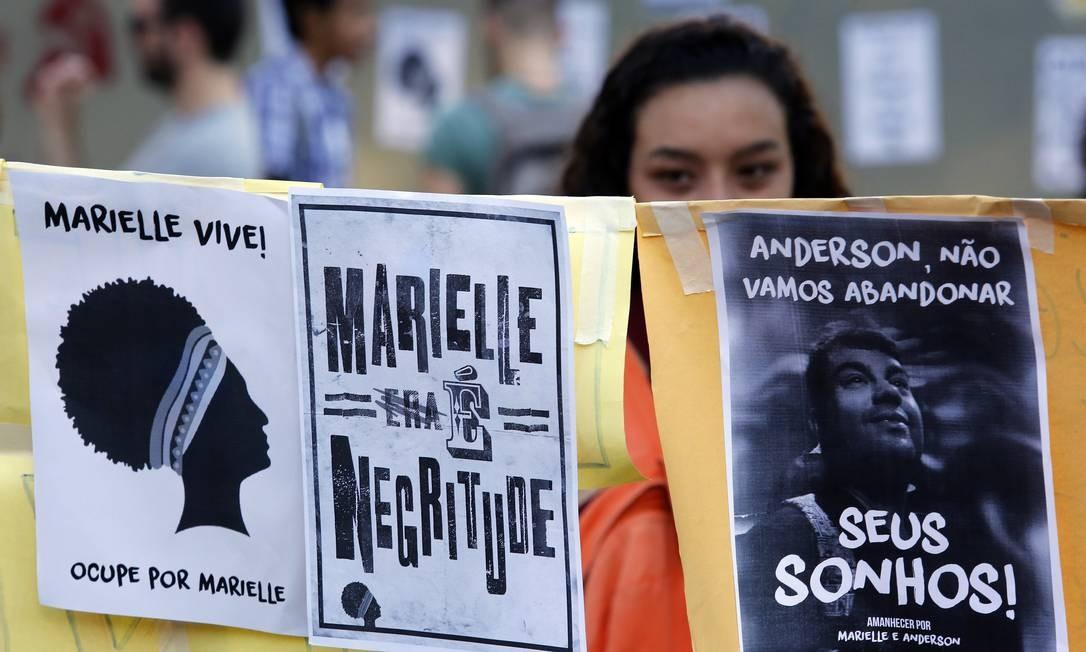 'Amanhecer na Praça por Marielle e Anderson', na manhã deste sabado, na Praca Saens Pena, na Tijuca Foto: MARCOS DE PAULA / Agência O Globo