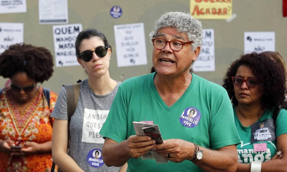 Chico Alencar elogiou o fato de tantas pessoas diferentes, sobretudo jovens, estarem no ato na Seans Pena. Foto: MARCOS DE PAULA / Agência O Globo