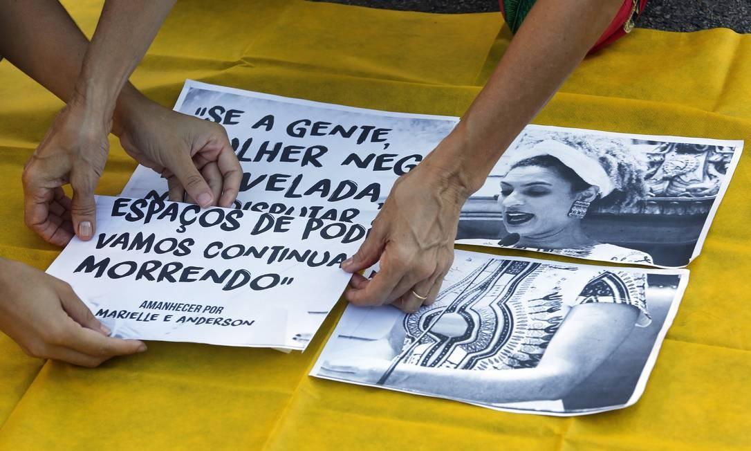 Cartazes com fotos de Marielle e frases da vereadora Foto: MARCOS DE PAULA / Agência O Globo