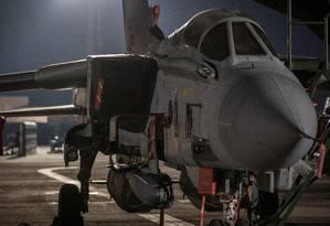 Avião britânico na base em Ciprus antes de decolar para ataque na Síria Foto: CPL L MATTHEWS / AFP