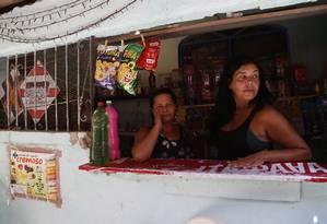 Risco à saúde. Amarilda e Karla (à direita) reclamam do esgoto a céu aberto Foto: Fábio Guimarães