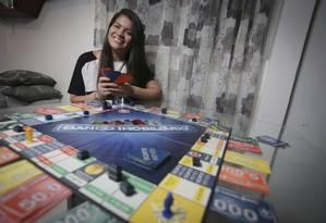 Sorte nos dados. Yhara Linka gosta de tabuleiros desde criança. Ela tem títulos repaginados, como Banco Imobiliário Foto: Roberto Moreyra / Agência O Globo