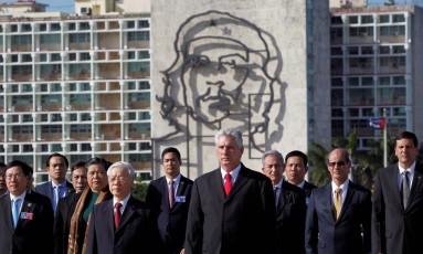 Díaz-Canel (ao centro) se torna o primeiro governante cubano nascido após a revolução Foto: STRINGER / REUTERS