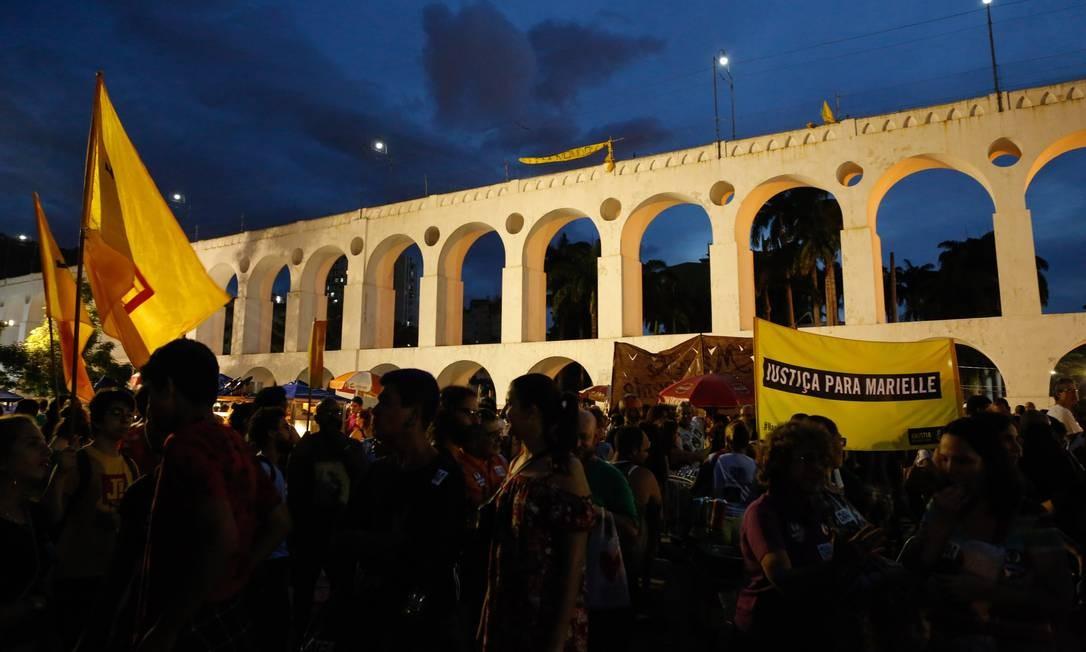 Centenas de pessoas ficaram concentradas nos Arcos da Lapa aguardando início da marcha que seguiu até o local onde Marielle e Anderson foram mortos Foto: Brenno Carvalho / Agência O Globo