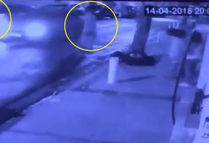 Criminosos abordam carro do PM Foto: Reprodução/WhatsApp O Globo