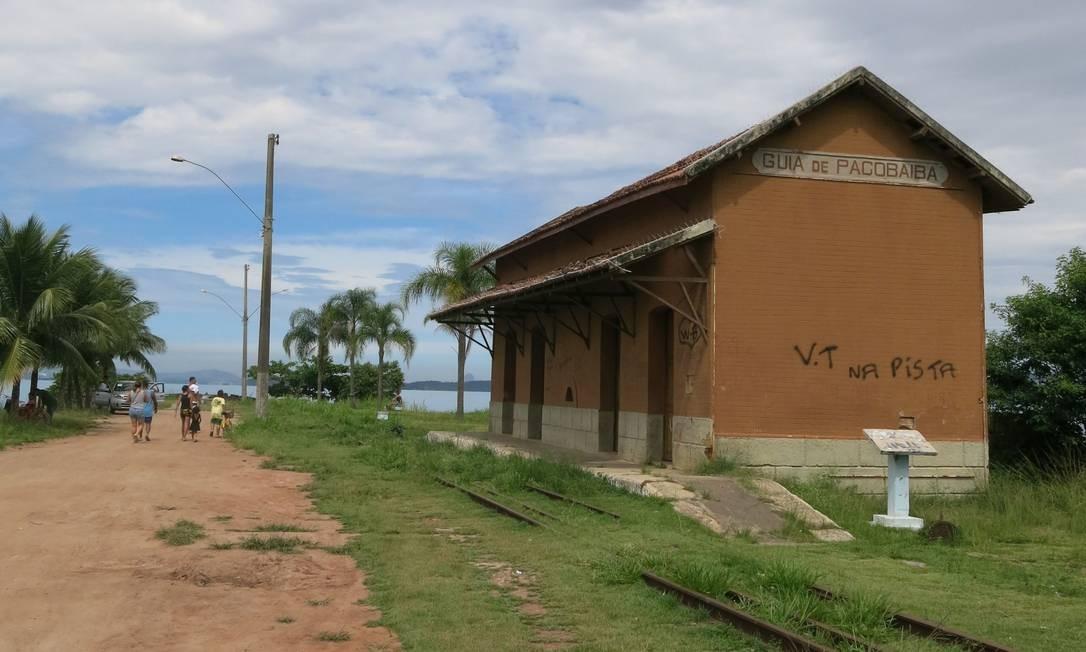 A estação Guia de Pacobaíba: abandonada, a construção em ruína foi pichada, e trilhos são cobertos pelo mato Foto: Simone Candida